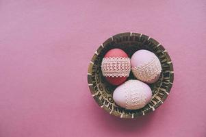 påskrosa ägg på en rosa bakgrund foto