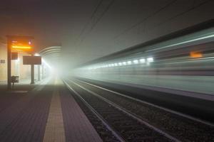 järnvägsstation i dimman foto