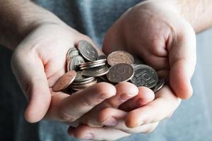 fem-rubelmynt i mans händer