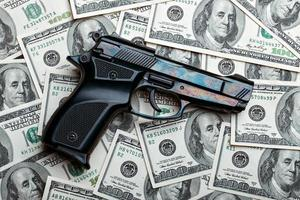 pengar och pistol.dollars foto