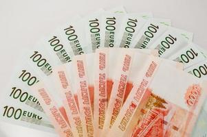 euro och rubel sedlar foto