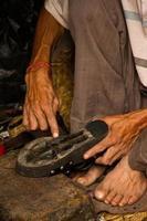 händer som reparerar skor, Kathmandu, Nepal foto