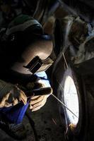 svetsare är reparationsram av skärmbågsvetsning foto