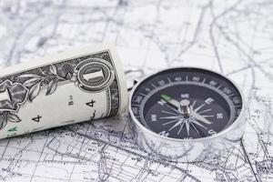 kompass, pengar och karta foto