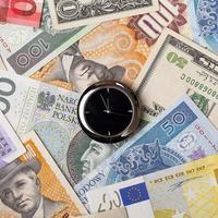 klocka på pengar bakgrund foto