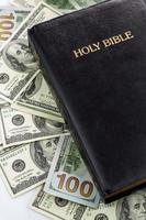 helig bibel och pengar foto