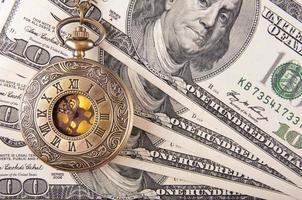 klockor på pengarna foto
