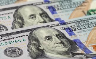 hög med amerikanska dollar, pengarbakgrund foto