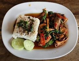 stekt fläsk med söt basi och klibbigt ris med vitt jasmin foto