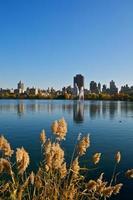 central park reservoar & stadsbildens horisont på östra sidan, manhattan, nyc