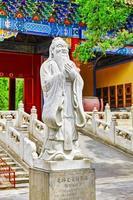 staty av confucius, den stora kinesiska filosofen. foto