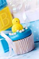 baby shower cupcake med baby chick foto