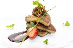 foie gras garnerad med jordgubbar foto