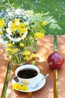 kaffe i trädgården foto