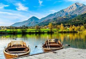 två älskar båtar som njuter av det vackra landskapet i preddvor, Slovenien. foto