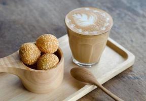 latte art kaffe och godisäggsvan foto