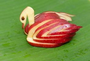 äppelsvan. dekoration gjord av färsk frukt foto