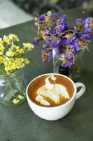 kopp varm latte eller cappuccinokaffe foto