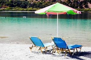 solstolar på Kournas sjön. Kreta, Grekland foto