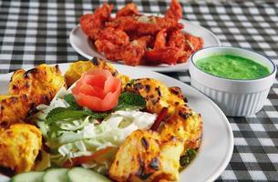 kycklingtikka och tandoorifisk foto