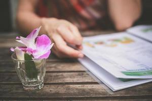 kvinna studerar meny foto