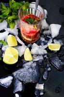 uppfriskande sommardrink med jordgubbar foto