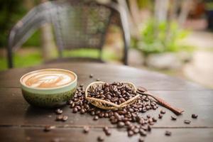 latte art kaffe med kaffebönor foto