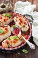 roulade av kycklingbröst med röda vinbär foto