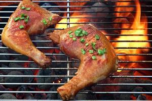 två läckra kycklingkvarter på varm grill foto