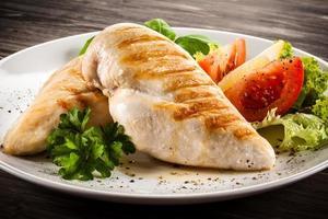 stekt kycklingfiléer och grönsaker