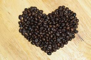 kaffebönor på träbakgrund. foto