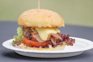 nötköttburger med örtsmör foto