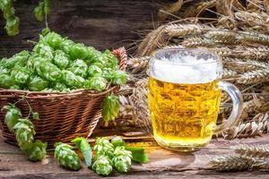 färsk kall öl med ett stort skum foto