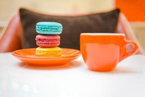 färgglada makroner med kaffe foto