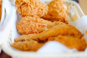 stekt kyckling i korgen foto