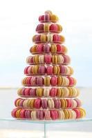 många traditionella franska färgglada macarons i en tårta står på foto