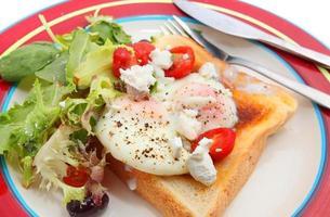 stekt ägg på rostat bröd foto