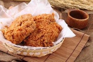 stekt kyckling i bröstet. foto