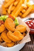 kycklingklumpar med pommes frites foto