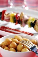 stekt potatisbollar och shish - kebab i bakgrunden.