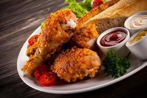 stekt kycklingklubbor och grönsaker