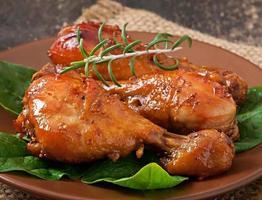 bakade kycklingtrumpinnar i honung-senapsmarinad foto