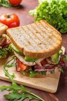 bacon, sallad och tomat smörgåsar foto