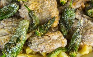 schnitzel med potatis och grön paprika foto