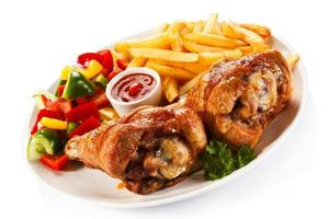 rostad kalkonlår, pommes frites och grönsaker foto