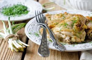 bakad kyckling i en maträtt foto