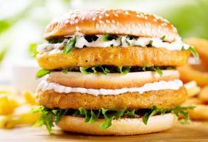 dubbla hamburgare med kyckling foto