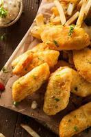 krispig fisk och chips foto