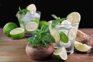 glas mojito cocktail med mynta foto