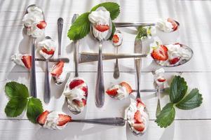 jordgubbe med grädde foto